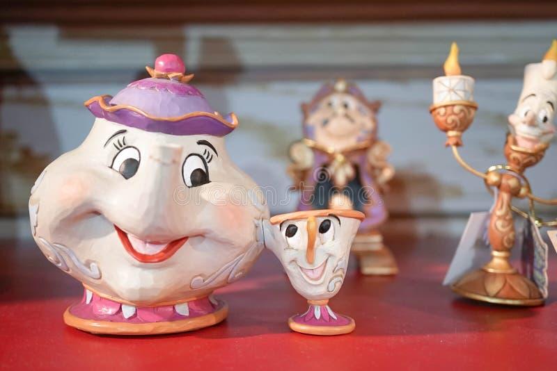 Marchandises de Disney de Mme Potts et puces sont sur l'affichage avec d'autres caractères de soutien image libre de droits