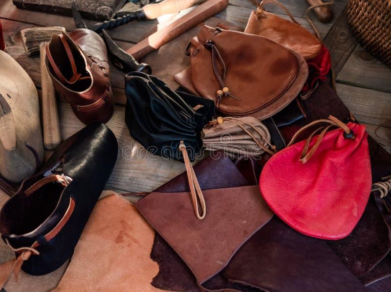 Marchandises en cuir Marchandises en cuir médiévales photographie stock libre de droits