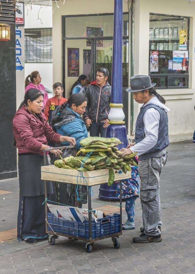 Marchands ambulants de femme au centre historique de Quito photographie stock libre de droits