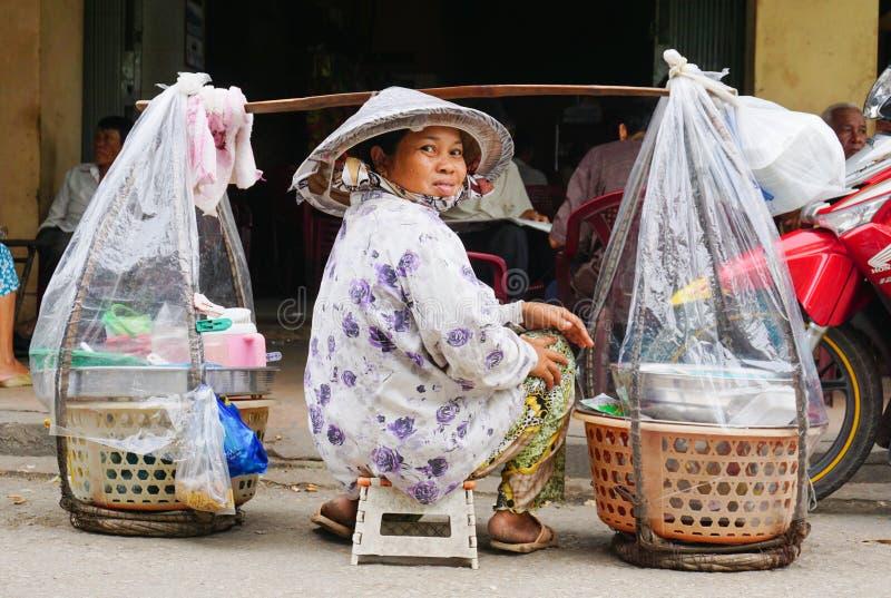 Marchands ambulants vietnamiens de femme dans Saigon photos stock