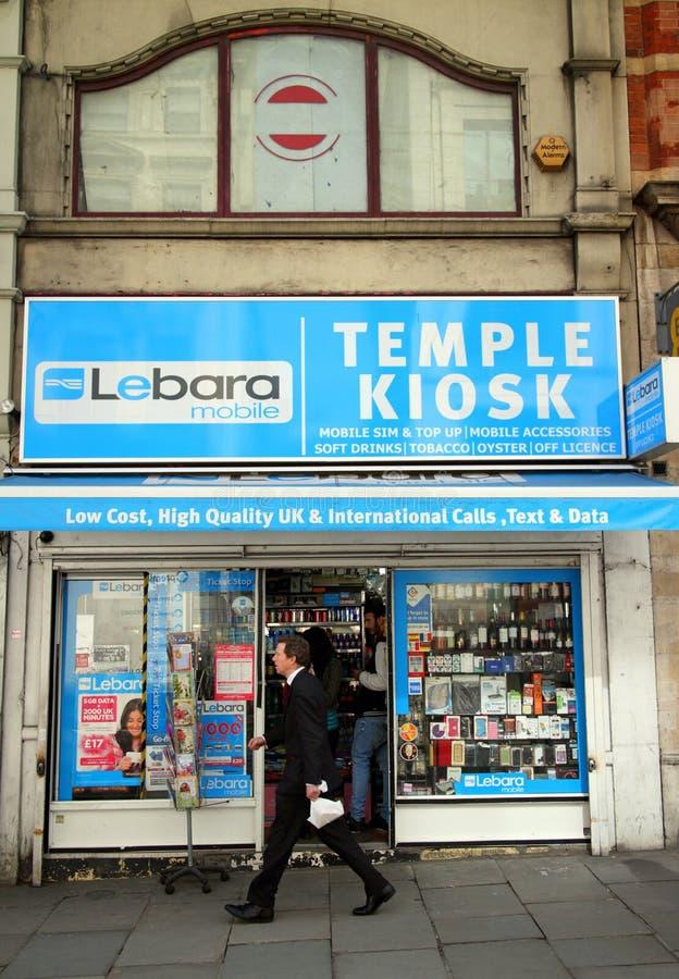 Marchands de journaux de kiosque de temple et services mobiles photographie stock