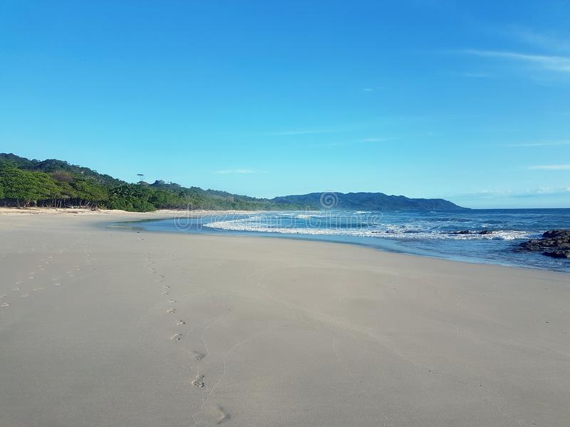 Marchant au-dessus de Santa Teresa Beach, en Costa Rica photo stock
