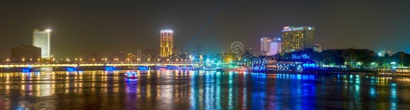 Marchant la nuit au Caire, l'Egypte image stock