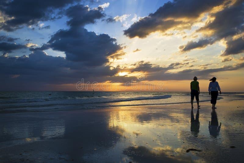 Marchant la plage au coucher du soleil photos libres de droits