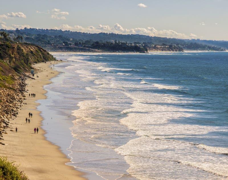 Marchant la plage, Encinitas la Californie photo stock
