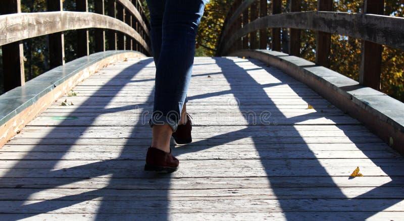 Marchant le pont image libre de droits