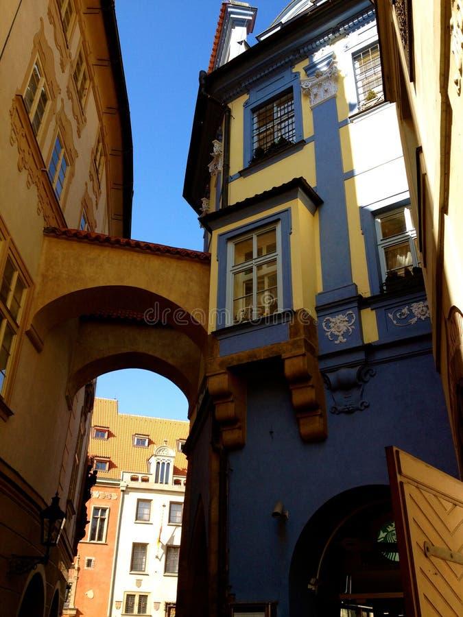 Marchant les rues de Prague photos libres de droits