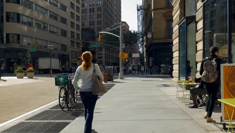 Marchant par les rues de New York, Manhattan La vie de New York pendant l'après-midi Rues et bâtiments de ville image libre de droits