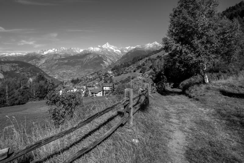 Marchant près des septemberValais en retard de vallée du Rhône, la Suisse photos stock