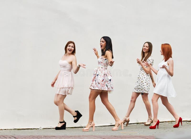 Marchant quatre jeunes femmes image stock