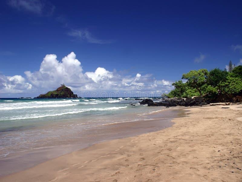 Marchant sur la plage en Hana, île de Maui, Hawaï image libre de droits