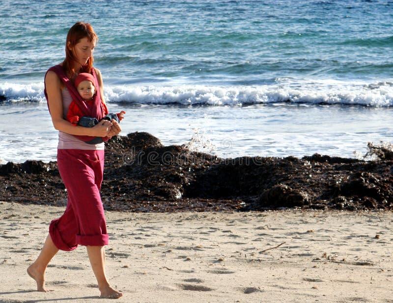 Marchant sur la plage, ensemble photos libres de droits