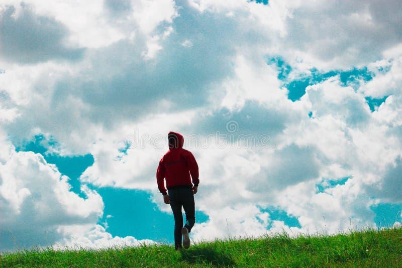 Marchant vers le haut de la colline, photos stock