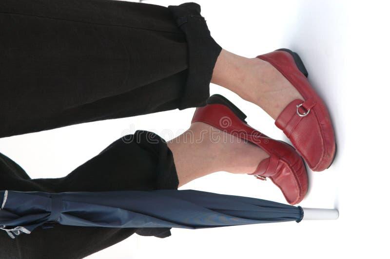 Marche Avec Le Parapluie Et Les Chaussures Rouges Photographie stock libre de droits