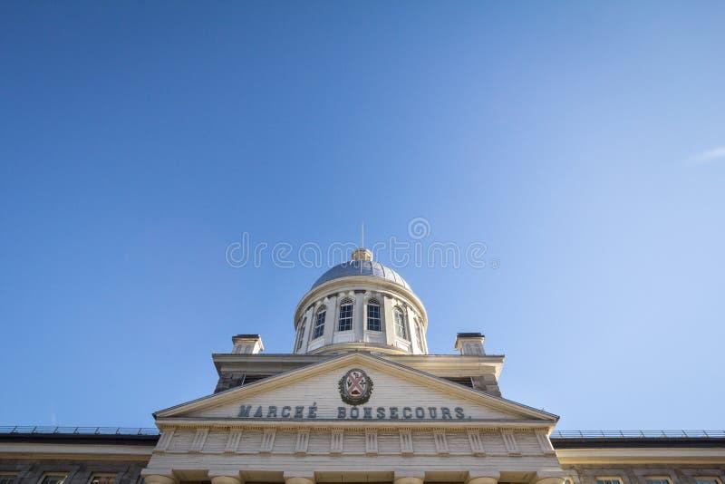 Marche Bonsecours en Montreal, Quebec, Canadá, durante una tarde soleada, con el escudo de armas viejo de la ciudad imágenes de archivo libres de regalías