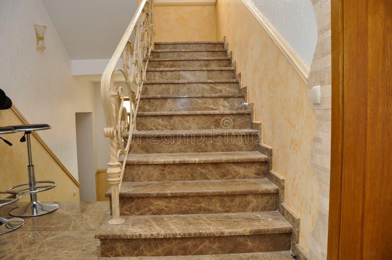 Marche d'échelle, avec des étapes de marbre italien photo stock
