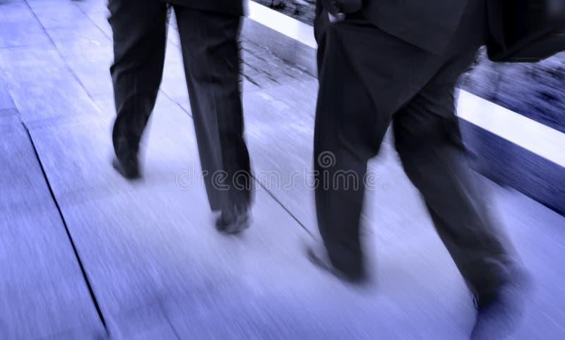 Marche d'hommes d'affaires images stock