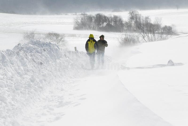 Marche dans une tempête de neige photos libres de droits