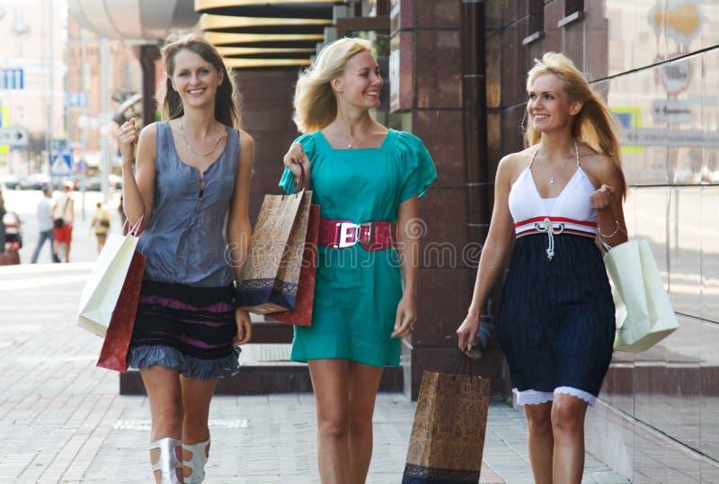 Marche de achat de trois amies photos stock