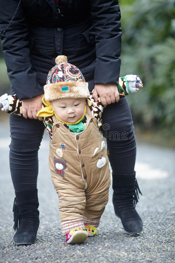 Marche de bébé d'hiver photographie stock