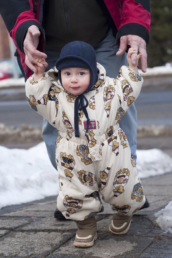 Marche de chéri de l'hiver images libres de droits