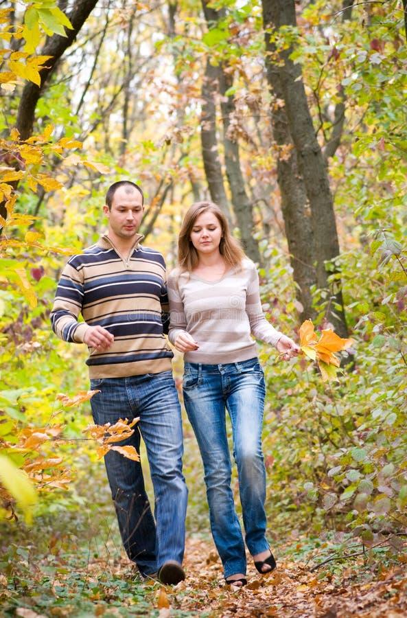 Marche de couples images stock