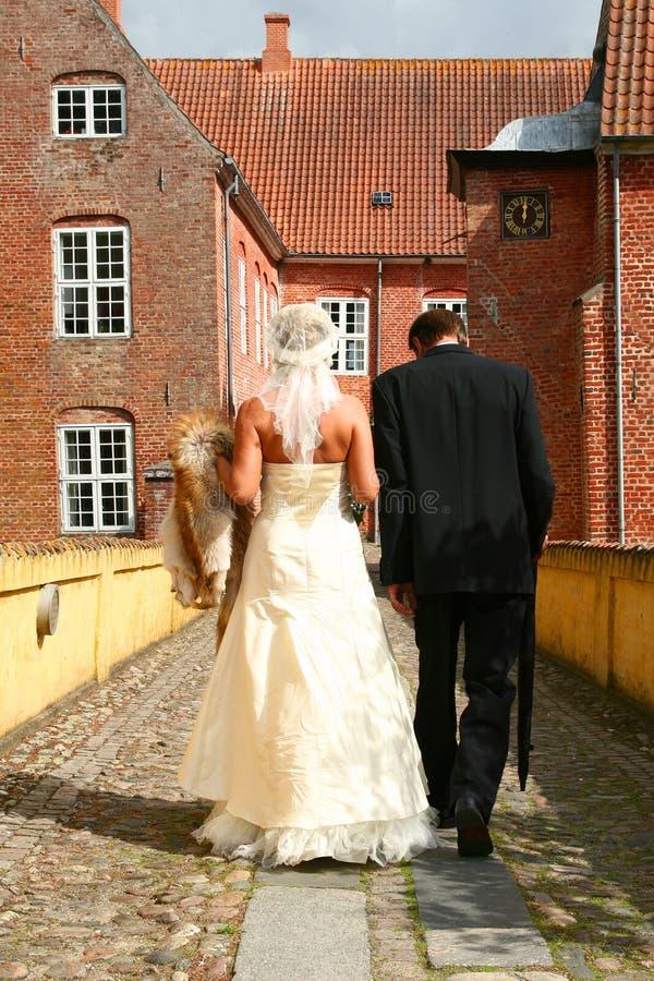 Marche de couples de mariage image stock