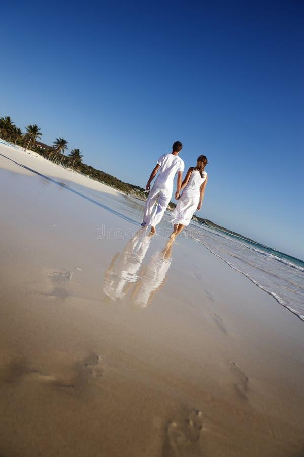 marche de couples de plage images libres de droits
