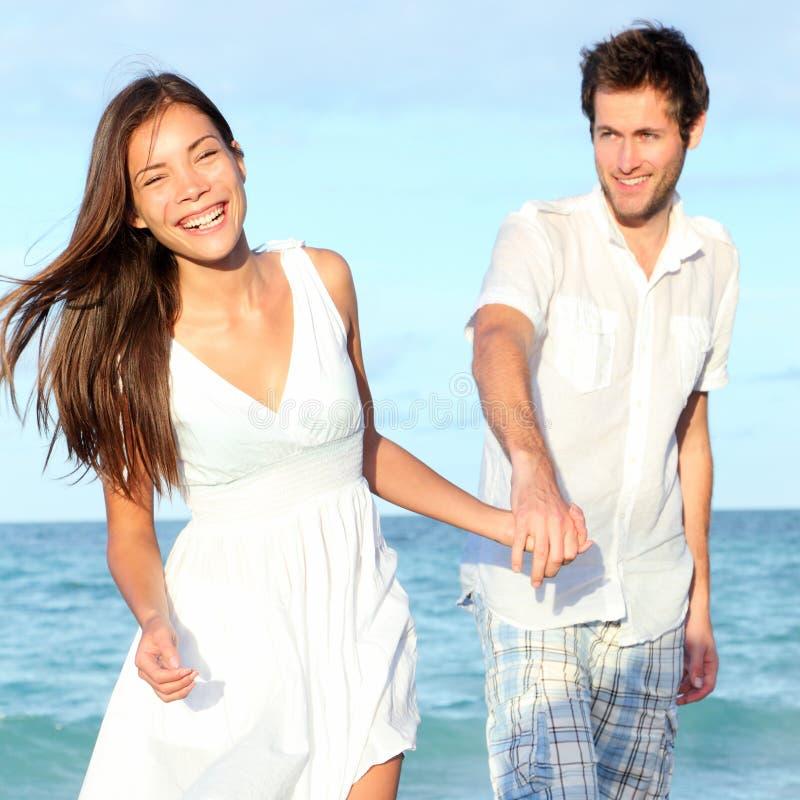 Marche de couples de plage heureuse photo libre de droits