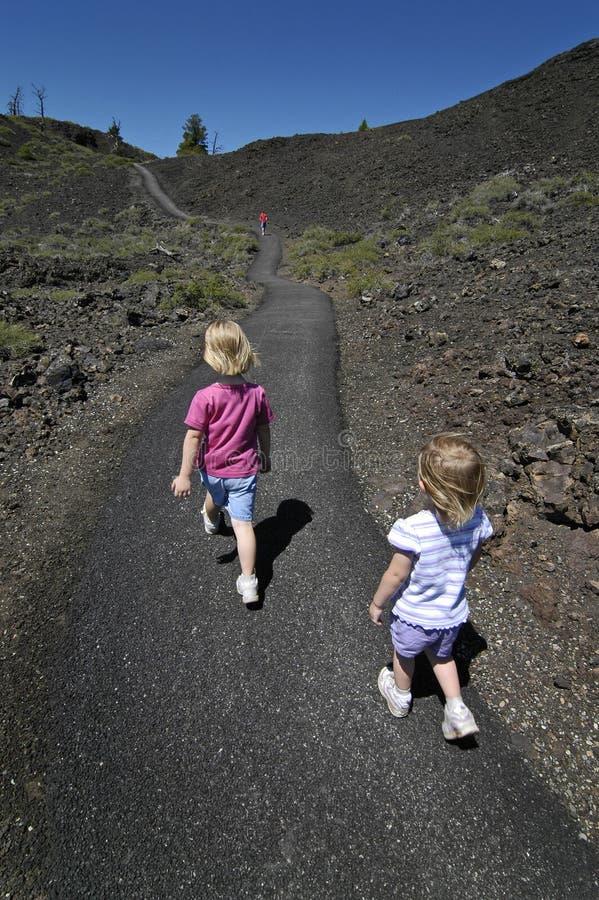 Marche de deux petites filles image libre de droits