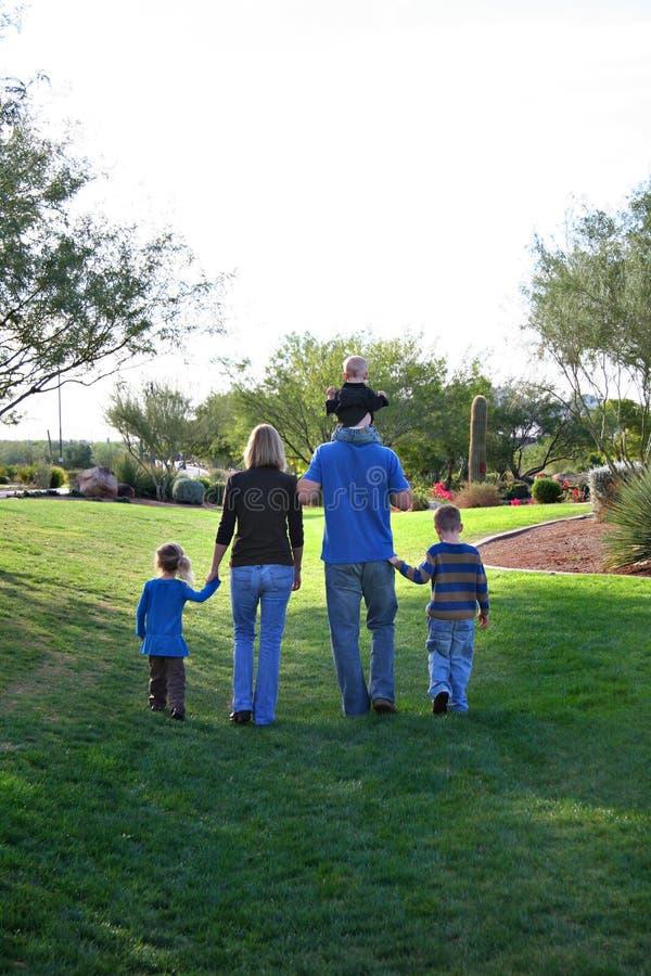 Marche de famille photos libres de droits