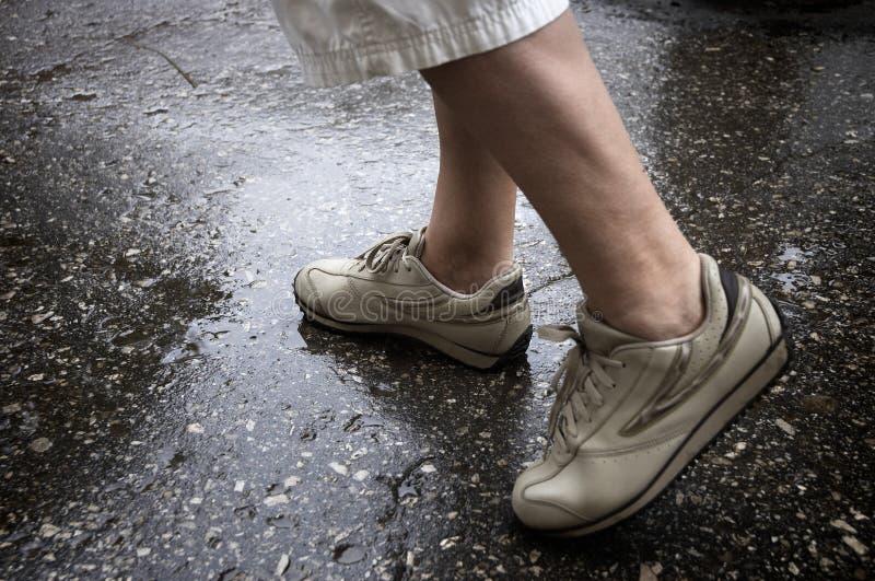 Marche de jour pluvieux photo stock