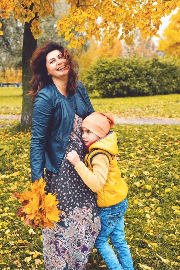 Marche de mère et d'enfant photographie stock