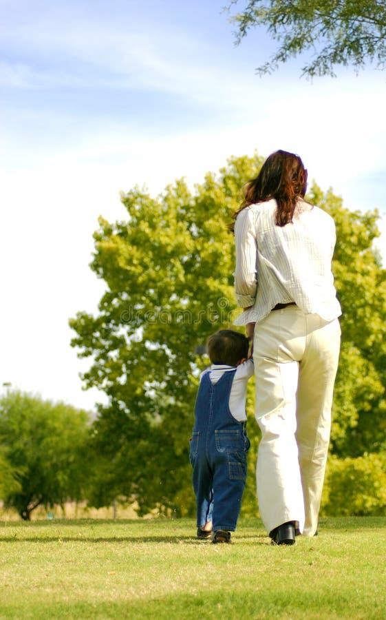 Marche de maman et de fils photo stock