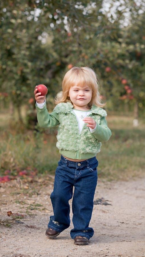 Marche de petite fille photos stock