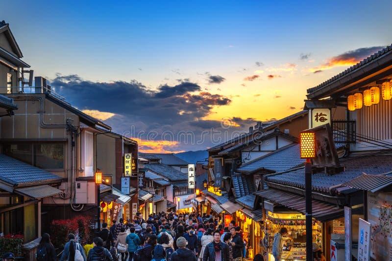 Marche de touristes à Kyoto, Japon photos libres de droits