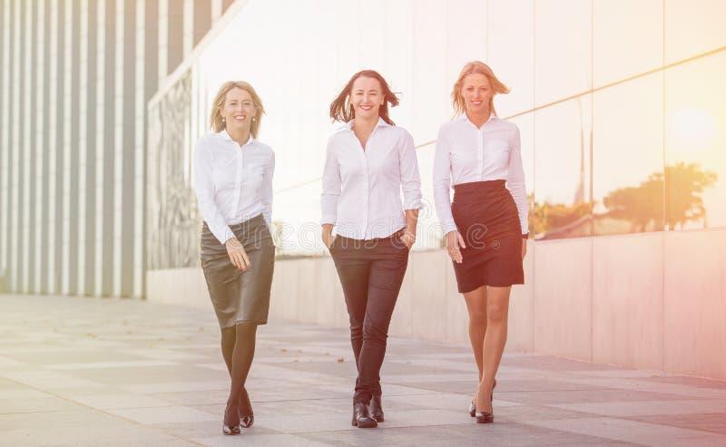Marche de trois femmes d'affaires photo libre de droits