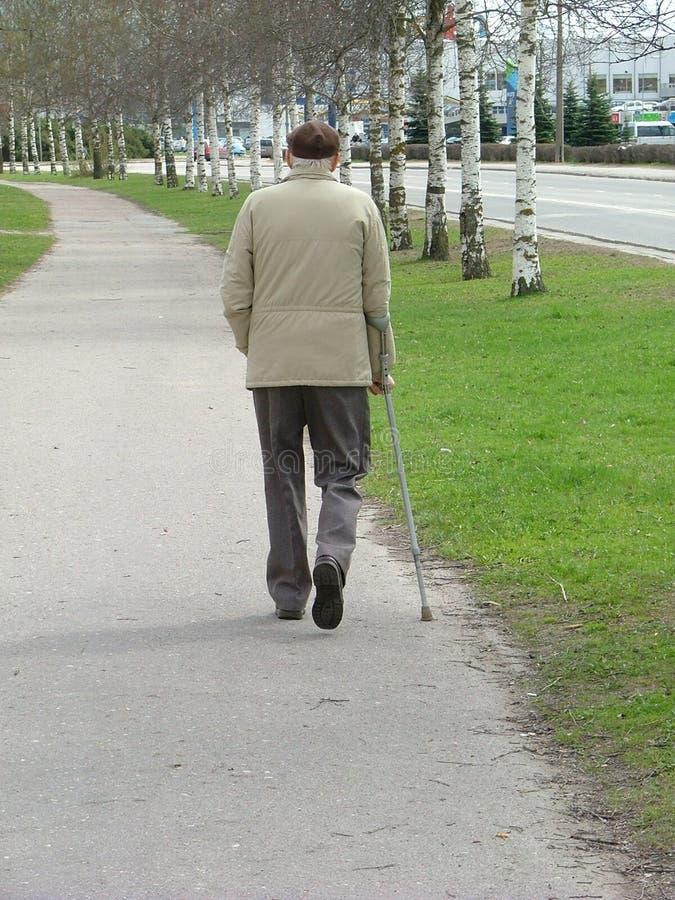 Marche de vieil homme images libres de droits