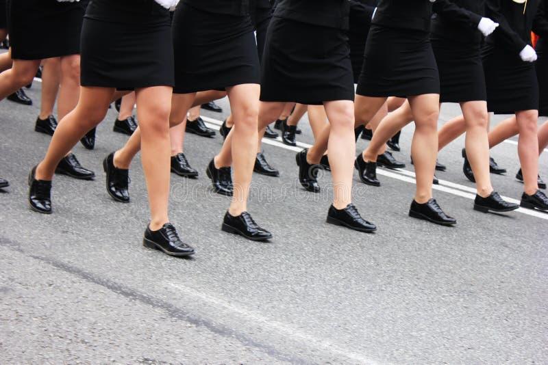 Marche des jambes des femmes Femmes dans le défilé militaire photos stock