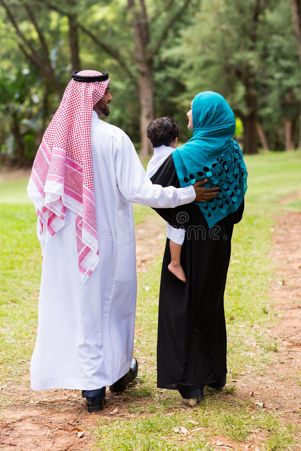 Marche du Moyen-Orient de famille photos stock