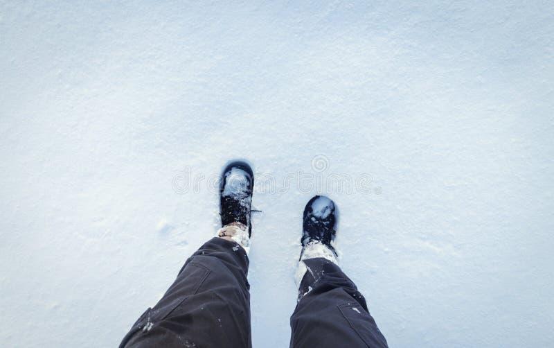 Marche en hiver sur la neige fraîche image stock