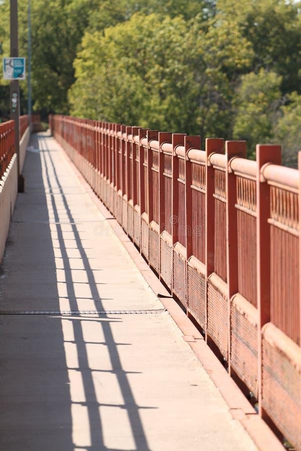 Marche et chemin de vélo de côté de pont photographie stock libre de droits