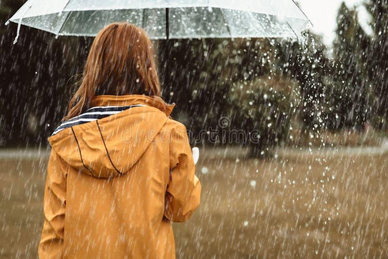 Marche femelle pendant la pluie dehors images stock