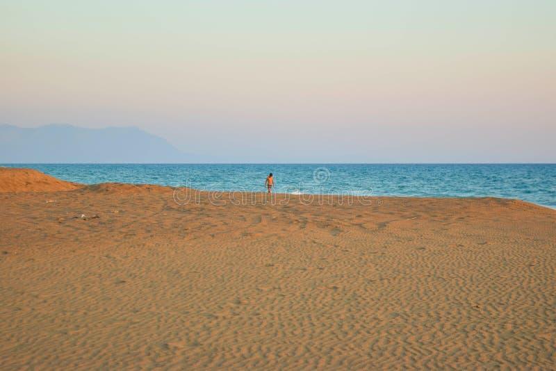 Marche le long de la plage image stock