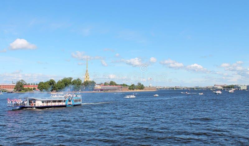 Marche le long du Neva près de Peter et de Paul Fortress St Petersburg photos libres de droits
