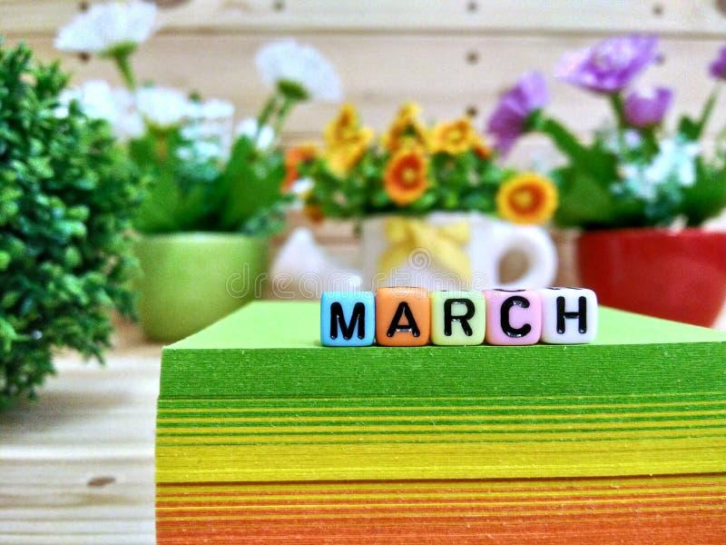 marche Lettres colorées de cube sur le bloc collant de note photo libre de droits