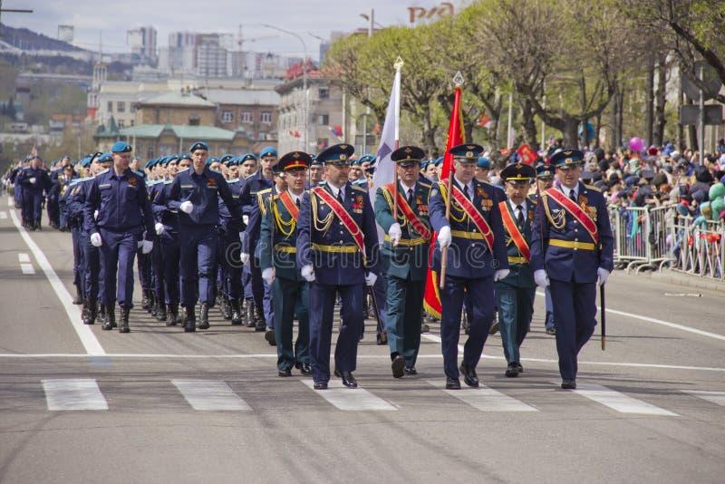Marche militaire par la ville photos libres de droits