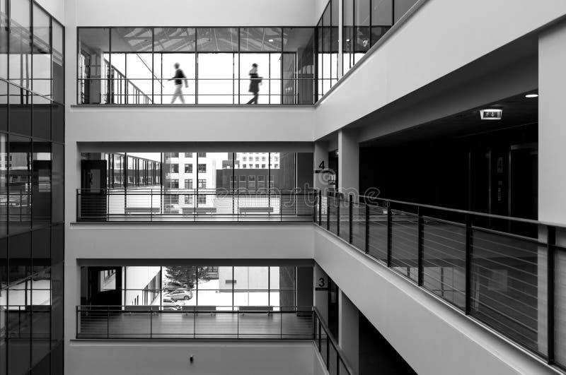 Marche moderne intérieure et de deux personnes photographie stock