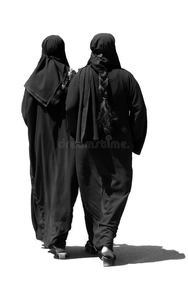 Marche musulmane de deux femmes image stock