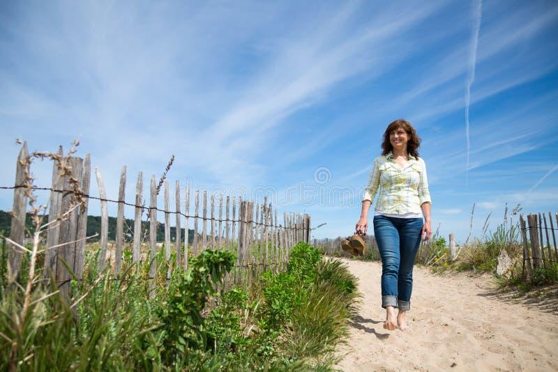 Marche nu-pieds sur la plage photos libres de droits